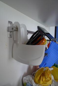 A me i designer dell'Ikea possono solo... porgermi le forbici! Eheh, scherzo! Ecco qui il lavoretto odierno: trattasi di un portaoggetti 'appendibile' ricavato da un contenitore di plastica per detersivo da lavatrice.