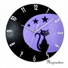 horloge décorée violet foncé et violet clair décor silhouette de chat assis sur la lune et ses étoiles. sur disque vinyl 33 tours. pièce unique et originale. mécanisme à qu - 11237663