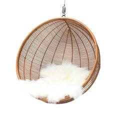 De hangstoel in combinatie met een IJslands schapenvacht van Hk living, gratis verzenden bij www.villajipp.nl