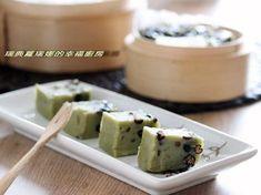 而這款抹茶紅豆年糕,是連朋友不愛吃年糕的孩子都讚說好吃,我自己也很喜歡,比起一般年糕的甜膩,又多了股淡淡茶香。而且只要花三分鐘攪一攪所有材料放入電鍋就能完... Asian Desserts, Asian Recipes, Ethnic Recipes, Easy Recipes, New Year's Cake, Japanese Sweet, Foods To Eat, Other Recipes, Mochi