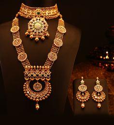 Indian Jewelry Sets, Royal Jewelry, Bridal Jewelry Vintage, Bridal Jewellery, Gold Jewellery, Antique Jewellery Designs, Gold Jewelry Simple, Chocker, Gold Set