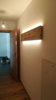 Wandlampe Altholz Zeitlose Wandlampe aus Altholz mit LED-Band Wall lamp old wood Wooden Decor, Wooden Walls, Wooden Wall Lights, Wall Decor Lights, Home Lighting, Lighting Design, Lighting Ideas, Wood Lamps, Wood Sconce