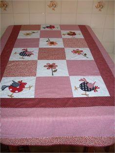 Toalha de mesa 100% algodão, forrada em algodão cru, quiltada à mão.  Você poderá escolher a cor, a aplicação, o tamanho que for melhor pra você R$ 380,00