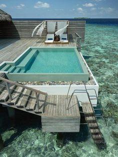 petite piscine hors sol, une terrasse utopique au-dessus l'océan