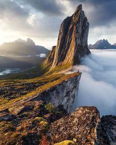 De Segla berg in Senja in het noorden van Noorwegen. Een must visit tijdens je roadtrip.