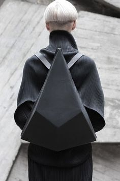 mikapoka, great design of bag and surely pleats please below?