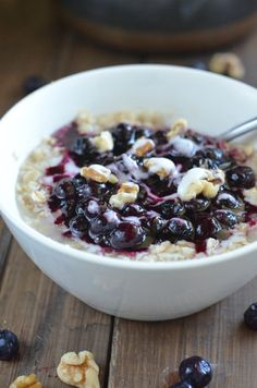 Healthy Blueberry Pie Oatmeal // 225 calories, ready in 10 minutes, so yummy! via Apple of My Eye Healthy Foods To Make, Healthy Food Habits, Healthy Juices, Healthy Food Choices, Healthy Eating Recipes, Healthy Breakfast Recipes, Clean Eating Snacks, Gourmet Recipes, Healthy Meals