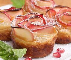 Nincs többé olyan, hogy a váratlan vendégeket nem tudod valami különlegességgel megkínálni! A lenti recepthez nem kell más, mint egy csomag konyhakész leveles tészta, alma, citromlé és lekvár. Garantáltan leesik majd az álluk! Apple Roses, Kosher Recipes, Jewish Recipes, Rosh Hashanah, Dessert Recipes, Desserts, Camembert Cheese, Homemade, Muffin