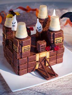 Gruseliger Kuchen mit viel Schokolade und süßen Geistern für die Halloween-Party