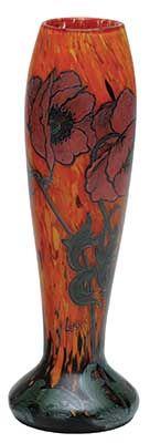 LEGRAS - Vaso de formato cilíndrico abaulado em pasta de vidro acidado, ornamentado por flores e folhagens verdes e coral. Fundo fosqueado em tons de laranja e verde mosqueados. Ass. na base. Alt. 32 cm.Estimativa: R$ 2.500,00 (jun14).