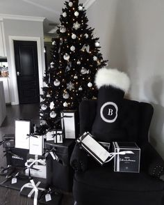 35 Black Christmas Tree Ideas 'coz everything else is just Background Noise - Hike n Dip I bet you agree that there is something magnetic and irrestible about the color black! Why not try some elegant Black christmas tree ideas for Christmas? Christmas Tree Inspo, Halloween Christmas Tree, Black Christmas Tree Decorations, Black Christmas Trees, Ribbon On Christmas Tree, Christmas Pictures, Christmas 2019, Christmas Mantles, Christmas Quotes