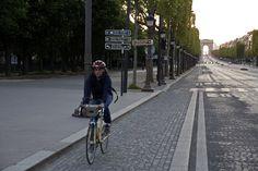 covid 19 oblige l'avenue est déserte Paris Champs Elysees