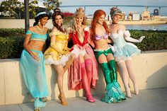 Disney princesses at the San Diego Comic Con in 2009 Cinderella Halloween Costume, Cute Group Halloween Costumes, Halloween Cosplay, Halloween Outfits, Cool Costumes, Group Costumes, Princess Running Costume, Disney Princess Costumes, Running Costumes