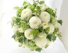 ブーケ ラウンド ピンポンマムとブルーベリー : 一会 ウエディングの花