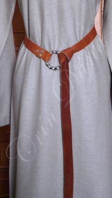 Cinto inspirado nos cintos longos utilizados pelor vários povos da Antiguidade e Medievo Europeus, em couro marrom e metal.