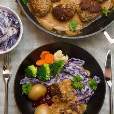 Kjøttkaker i brun saus med lilla kålstuing Beef, Chicken, Ethnic Recipes, Food, Brunette Woman, Meat, Eten, Ox