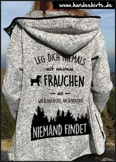 Frauchen und Hund kennen Orte Never mess with my mistress, we know places where nobody can find you. The funny dog ​​saying on the great knitted fleece jacket