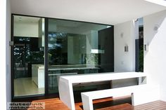 Große Fenster- und Glasflächen stehen für ein modernes Lebensgefühl. Aktuelle Fenstersysteme sind schlank, haben klare Linien und fleißende Übergange. Wie so etwas aussehen könnte, sehen sie Anhand dieser sologlas Fensterfassade. Bathroom Lighting, Mirror, Furniture, Home Decor, Large Windows, Clean Lines, Slim, Projects, Nice Asses