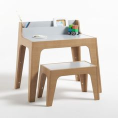 Le burau enfant Elira: on aime son design contemporain très tendance mis en valeur par le plaquage chêne. Banc associé vendu sur la redoute.fr Kids Table And Chairs, Kid Table, Home Decor Furniture, Kids Furniture, Childrens Desk, Kid Desk, Boy Decor, Wooden Desk, Diy Chair