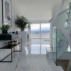 Valkoiset marmorilattiat, lasikaiteet ja minimalistinen tyyli korostavat sisustuksen avaruutta ja valoisuutta. Best Online Furniture Stores, Affordable Furniture, Home Furniture, Furniture Shopping, Aesthetic Value, Cozy Nook, Home Repairs, Nars, Decorating Your Home
