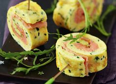 Rolled omelette with smoked salmon Tapas, Easy Healthy Breakfast, Healthy Snacks, Omelette Roulée, Best Party Food, Food Wishes, Appetisers, Appetizers For Party, Finger Foods