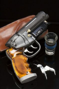 DEKKER'S GUN IN BLADERUNNER•●•