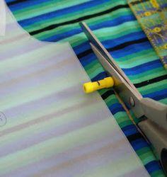 Dessiner le contour du patron et la marge de couture en 1 seule étape Techniques Couture, Sewing Techniques, Costumes Couture, Create And Craft, Pyjamas, Sewing Hacks, Sewing Tips, Sewing Ideas, Sewing Patterns