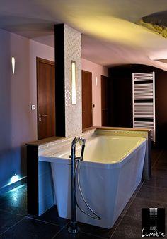 Un éclairage reposant pour un moment détente dans la salle de bain. http://www.jeuxdelumiere.fr