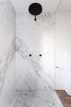 mármore e torneiras pretas