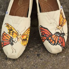 Cheap Toms look-alikes (think: Walmart) would make a great backdrop for these DIY custom shoes. A few lines from your fav poet? Painted Toms, Painted Canvas Shoes, Painted Clothes, Hand Painted Shoes, Butterfly Shoes, Diy Butterfly, Monarch Butterfly, Fashion Painting, Painting Shoes
