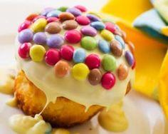 Petit gâteau au chocolat blanc et Smarties® spécial anniversaire : http://www.fourchette-et-bikini.fr/recettes/recettes-minceur/petit-gateau-au-chocolat-blanc-et-smartiesr-special-anniversaire.html