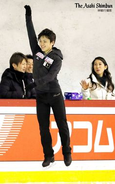 """""""ヘルシンキのフィギュア世界選手権。この日2回目の男子シングル公式練習では、 #宇野昌磨 選手がコーチと話した後跳び上がっていました。何を話したんでしょうか。(晋) #ISU #figureskate #WorldFigure #helsinki2017"""""""