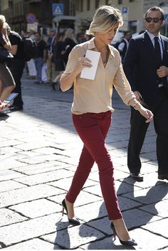 ゆるめのシャツにスキニーパンツを合わせることで腰まわりが強調されてグッと女性らしく