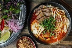 A Vietnamese spicy beef noodle soup (Bun Bo Hue) packed with flavour. If you love Pho, and you love a bit of spice the definitely give Bun Bo Hue a try. Beef Fried Rice, Crispy Beef, Beef Noodle Soup, Beef And Noodles, Nasu, Portobello, Vietnamese Pork, Vietnamese Noodle, Vietnamese Cuisine