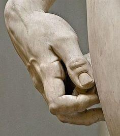 Davi segurando a pedra tem mais vida do que muitas mãos humanas
