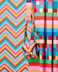 Rainbow print neckerchief scarf wrapped around geometric print bag's handle. Valentino Resort 2015 #Scarf #bag #Resort15