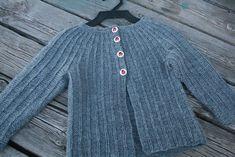 gikk en sang vi sang i småspeidern. Og gode tips deler jeg videre pakkala Knit Cardigan Pattern, Knitted Baby Cardigan, Knit Baby Sweaters, Sweater Patterns, Baby Knits, Knitting For Kids, Baby Knitting Patterns, Baby Patterns, Free Knitting