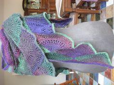 So, hier der Fächerschal.....benötigt habe ich ca. 140g Hot Socks Wolle, gestrickt mit Nadelstärke 5. Der Schal bildet ein weitschenkeliges Dreieck und sitzt dadurch gut am Hals mit langen Zipfeln, die herunterhängen. Das Muster kann ja beliebtg fortgeführt...