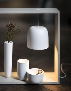 Gaku de @flosnorthamerica est une lampe de table rechargeable par induction. Corps/structure de la lampe en frêne massif naturel ou teinté noir. Visitez notre site web pour en savoir plus. Induction, Site Web, Lighting, Design, Home Decor, Diffuser, Bedroom Table Lamps, Black People, Decoration Home