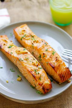Honig Senf Gebackener Lachs Baked salmon with honey mustard - moist, juicy and the best baked salmon Baked Salmon Lemon, Garlic Salmon, Baked Salmon Recipes, Fish Recipes, Seafood Recipes, Cooking Recipes, Detox Recipes, Grilled Salmon, Cooking Tips