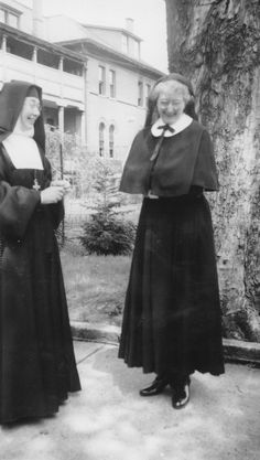 1950 ca. Mae Lewis (right) as postulant in the Order of the Visitation of Holy Mary. Romeo And Juliet Costumes, Daughters Of Charity, Nuns Habits, Corporate Women, Sisters Of Mercy, Bride Of Christ, Holy Mary, Sound Of Music, Priest