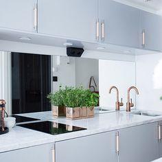 Otroligt fint kök för @eklundstockholmnewyork ☝️ Älskar handtagen! #nyahemmet