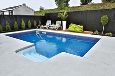 Réalisation de piscines creusées : exemples & photos - Trévi.com Backyard Pool Landscaping, Diy Pool, Small Pools, Small Backyard Landscaping, Swimming Pools Backyard, Fire Pit Backyard, Patio Yard Ideas, Jacuzzi, Pool Remodel