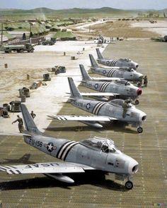 """Parking F-86 """"Sabres""""."""