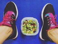 Quoi de mieux qu'une bonne salade de fruits au Kiwi Green pour faire le plein de vitamines après un bon Footing ?! Kiwi, C'est Bon, Sneakers, Fruit Salad, Vitamins, Tennis, Slippers, Sneaker, Shoes Sneakers