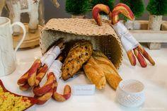 cestas de pães com um em especial em formato de candy canes, ou doce de bengalas de natal. Ideia super fofa para a ceia.