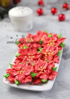 Christmas Poinsettia Meringue Cookies - these are GORGEOUS. Color meringue batter, scoop it into icing bags, and you could make a million different designs. Christmas Poinsettia, Christmas Sweets, Christmas Cooking, Noel Christmas, Christmas Goodies, Xmas, Holiday Treats, Holiday Recipes, Party Recipes