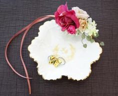 葉皿トレーのイニシャル入りリングピロー Wreaths, Door Wreaths, Deco Mesh Wreaths, Garlands, Floral Arrangements, Floral Wreath
