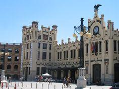 In het gebied tussen Estación del Norte, Plaza del Ayuntamiento en aan de Avenida Marquésde Sotelo zijn er in de periode tussen de twee wereldoorlogen prachtige gebouwen verrezen: het treinstation, het stadhuis, het postkantoor en veel banken en verzekeringskantoren. Allemaal met indrukwekkende jugendstilgevels.