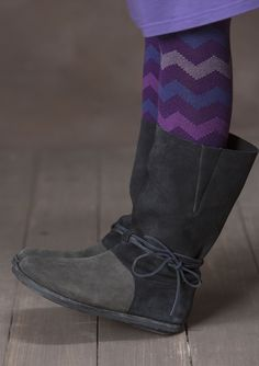 Inspired by soft moccasins, we designed boots with a slightly taller, wider-calf shaft. A pretty tie decorates the boot at the instep. Just imagine how well they go with a pair of trousers or a prettily patterned skirt!